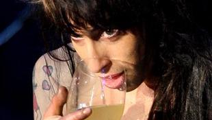 Amy Winehouse vért köhög fel