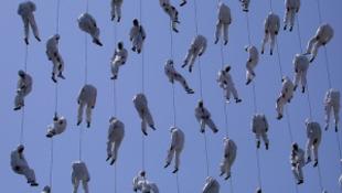 Felhőkből lógó emberek nyitják az évadot