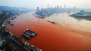 Vérvörösre változott a folyó vize