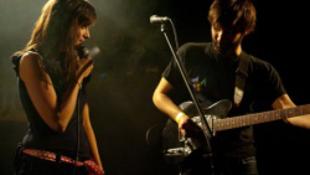 Dallamos rockzene csajos szövegekkel