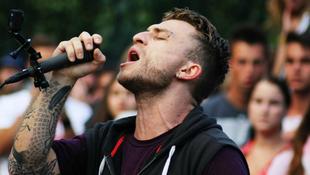 Óriási: magyar rajongóinak üzent a zenész