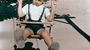 Hintázó kisfiú