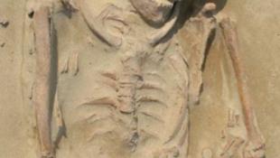 Óriás csontváz riogatja a nagyváros lakóit