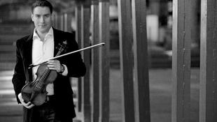 Teltházas koncertet adott a magyar hegedűs