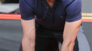 A világ legszexisebb férfija négykézláb pózolt az utcán