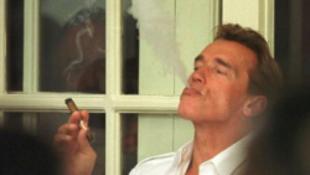 Dohányzás miatt büntették meg a szülőhazájába látogató szupersztárt