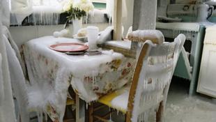 Jéggé fagyott a családi ház