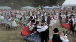 Guinness-rekord Baján: 1597-en csárdásoztak a főtéren