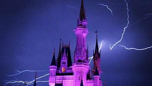 Sokkoló kép: villám csapott a híres épületbe