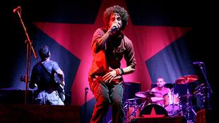Meztelen kommunisták a színpadon