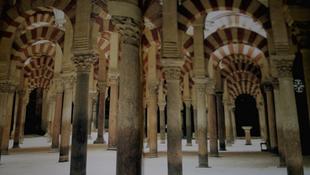 Késsel fenyegőztek a turisták a katedrálisban
