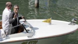 Clooney motorcsónakon érkezett