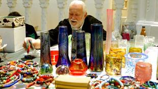 Elhunyt a híres magyar üvegművész
