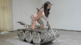 Meztelen modell támadt a tankra