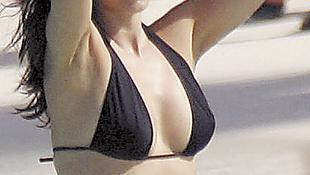 Unatkozik a bikiniben csábító sztár