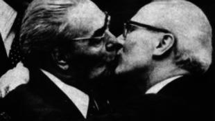 Mit ér két férfi forró csókja?