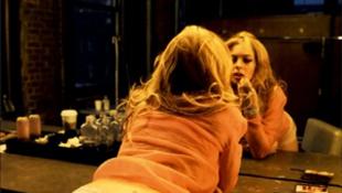 Néha lányokkal is ágyba bújik a színésznő