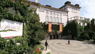 A nyárra is gondol a Petőfi Színház