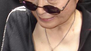 Halottaskocsi Yoko Ono mellett