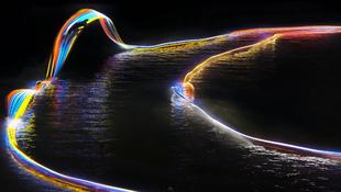 Színes fények a víz felett