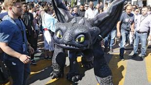Ötméteres sárkányt fotóztak Cannes-ban