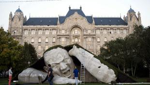 Kőóriás bukkant elő a Széchenyi téren