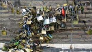 Levágták az olasz szerelmesek lakatjait