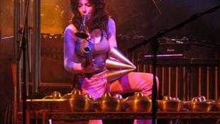 Hallássérült zenésznő játszik Pesten