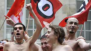 Meztelenül tüntettek a párizsi aktmodellek