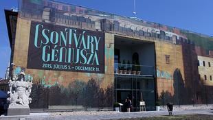 Tömegek csodálják a magyar zseni képeit