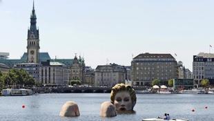A folyóból bújt elő egy meztelen nő