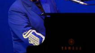 Elton John luxus karórák között fakad dalra