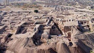 30 ember földi maradványa került elő a sírból