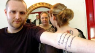 Nagyapjuk hamvait tetováltatták magukra