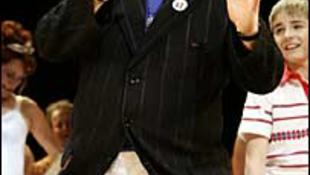 Elton John szoknyát húzott