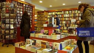 Olvasás és beszélgetés a könyvesboltban