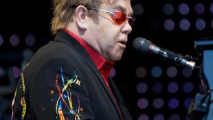 Egyre javul Elton John állapota
