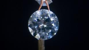 Gyémánton tündököl a szexistennő