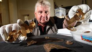 Több kiló VII. századi aranytárgyat talált a földben egy amatőr kincskereső
