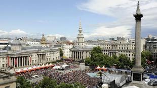 Csontváz és ujj a Trafalgar téren