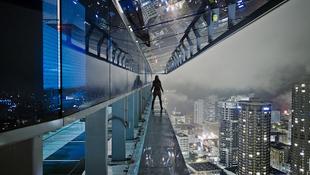Modellek a magasban, városok a mélyben