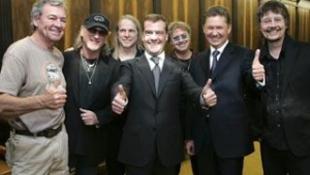 Medvegyev rockerekkel teázott