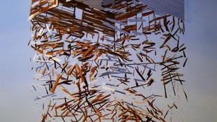 Amikor miszlikbe aprítja a faházat a szél