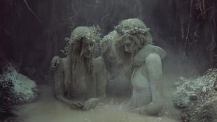 Lányok a temetőből