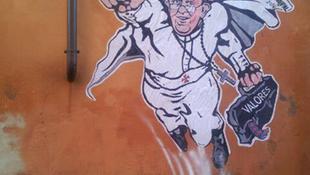 Pápa tűnt fel a falon