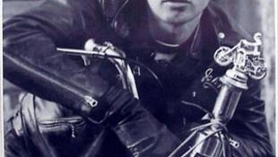 Brad Pitt Brando ruhájában motorozott