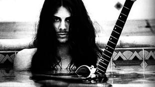 A világ egyik legjobb gitárosa Budapestre látogat