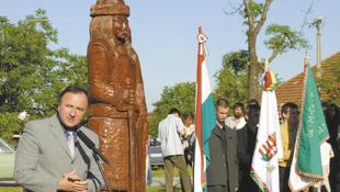 Felgyújtották Attila szobrát
