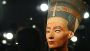 Harcba száll Egyiptom a hattyúnyakú celebért!