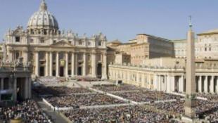 Egy bíboros combnyaktörése a botrányos vatikáni misén!